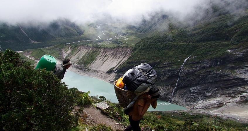 porters in manaslu region